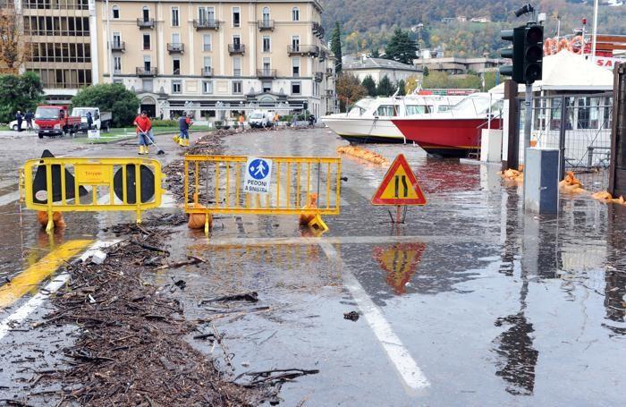 Como situazione maltempo in città piazza Cavour chiusa per esondazioine, traffico bloccato e via Bixio chiusa