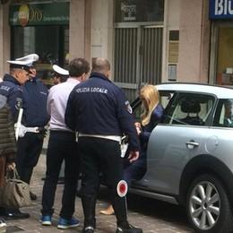 Como, lo show dell'automobilista ticinese Multata in Ztl, litiga e chiama l'avvocato