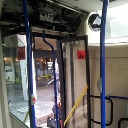 Bus, si stacca pannello di metallo «Passeggeri illesi per caso»