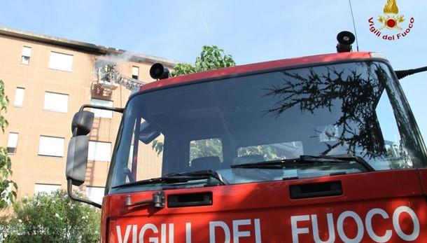 Incendio a Rimini: persone si lanciano dal balcone per sfuggire al rogo