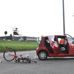 Auto taglia la strada a un ciclista Soccorso in elicottero a Cantù