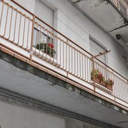 Cantù, scopre i ladri sul balcone  Donna di 84 anni li mette in fuga