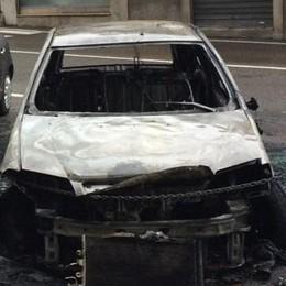 Fiamme nella notte in pieno centro  Olgiate, distrutte due automobili