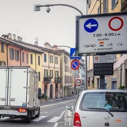 Como, pannello antimulte in via Milano alta. Con tre anni di ritardo