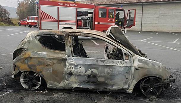 Cuneo, trovata auto in fiamme e cadavere carbonizzato