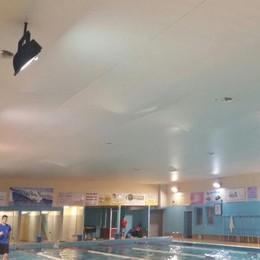 Il tetto si gonfia d'acqua  In piscina arrivano i pompieri