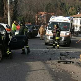 Frontale contro un autobus Donna ferita in via Rienza