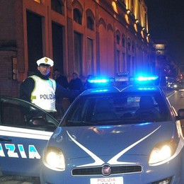 Como, turista aggredisce i poliziotti
