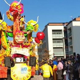 "Il Carnevale sfila a Cantù  Trionfo per i ""Lisandrin"""