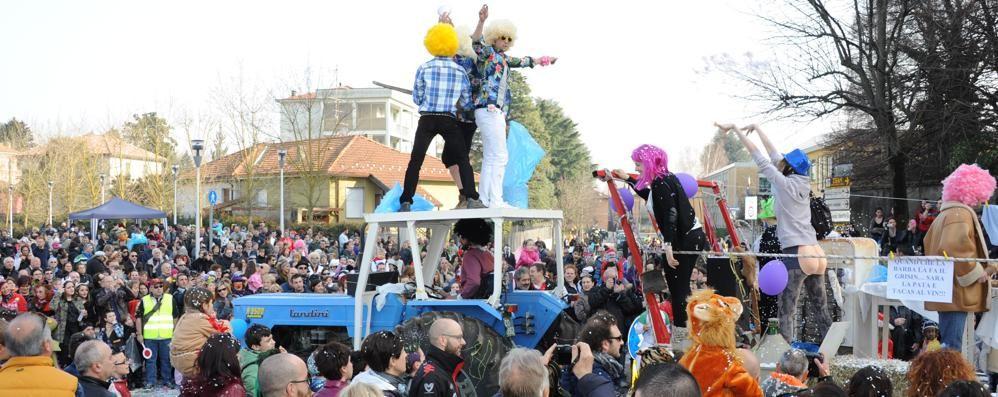 Il Carnevale sfila a Lurate Caccivio  Attesi nove carri e 600 figuranti