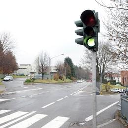 Suona il clacson al semaforo  Presa a calci da un motociclista