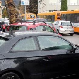 Erba, due vigili per traffico e studenti  Caos agli sgoccioli in via Majnoni