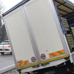 Como, scontro tra due camion  Buttato fuori strada dal Tir pirata