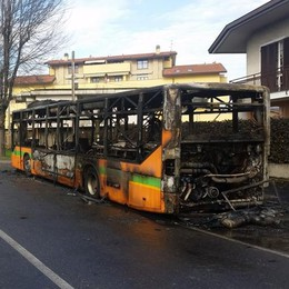 Bus di linea in fiamme. Paura a Mariano    Guarda il video
