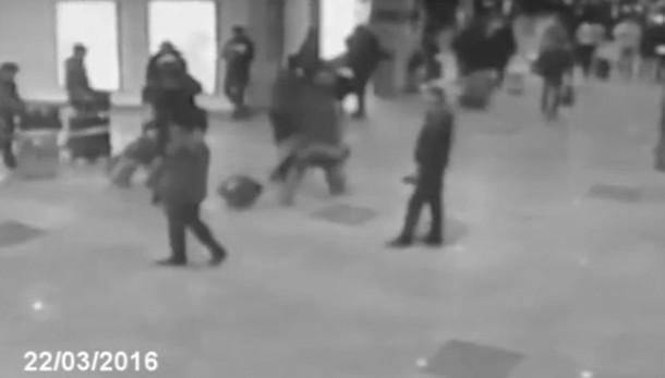 Terrorismo, Bruxelles sotto assedio Esplosioni in due stazioni della metro
