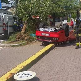 Auto ribaltata a Cantù  Due feriti in via Como