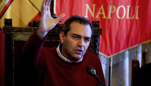Renzi a Napoli, tensione e scontri. Lanci di pietre. Polizia usa idranti