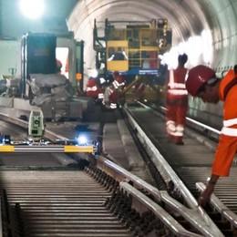 Gottardo, apre il tunnel  L'ironia degli svizzeri sul ritardo degli italiani