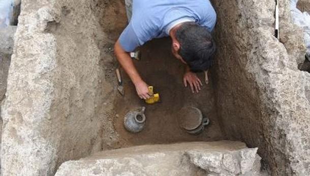 Pompei: nuovi ritrovamenti negli scavi, una tomba e monete d'oro