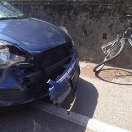 Grave incidente a Cantù  Ciclista travolto da un'auto