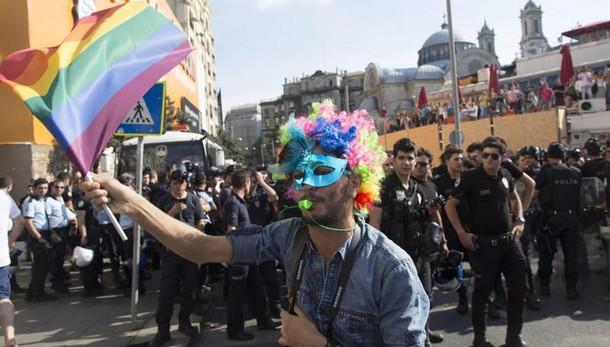 Istanbul: Gay Pride lacrimogeni, arresti, anche un italiano COMMENTA