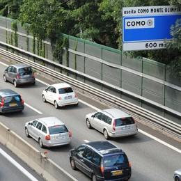 Auto si ribalta in autostrada: tre feriti