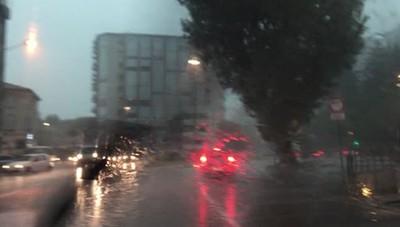 COMO - La forte pioggia a Camerlata: problemi di viabilità