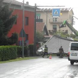 Forte temporale sul Comasco  Albiolo, scoperchiato un tetto   GUARDA I VIDEO