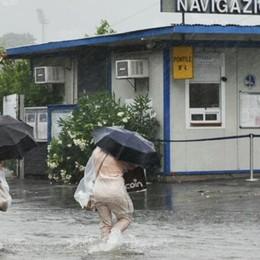Un altro acquazzone tropicale Saltano tombini e fognature, traffico in tilt