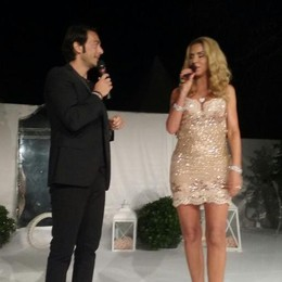 Arriva (in ritardo) Valeria Marini  e Menaggio la applaude