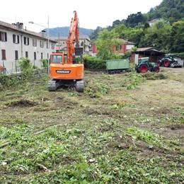 Como, lavori nell'area destinata ai migranti: ruspe in azione per ripulirla