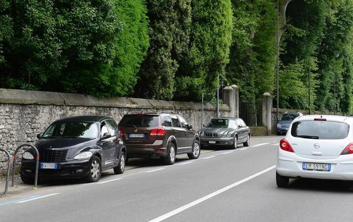 Lite per un parcheggio  davanti a Villa Erba