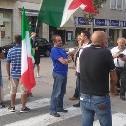 Como, tensione in centro  per il presidio anti migranti  Guarda il video