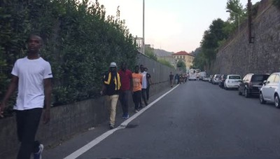 Como - Migranti scortati verso la stazione