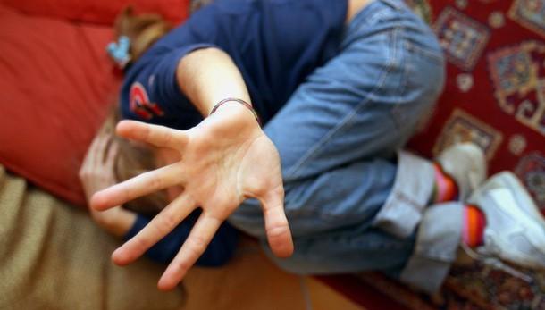 Rimini, filmata dalle amiche mentre viene stuprata: il video finisce su Whatsapp