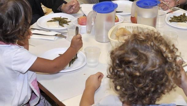 Porta il pasto da casa ed è costretta a mangiare da sola