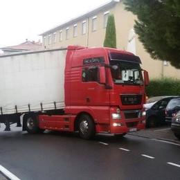Grandate, sbaglia strada  Il camion bloccato in centro