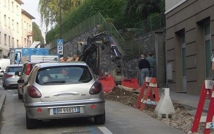 Via Brambilla resta chiusa di giorno  Ancora caos traffico a Cantù