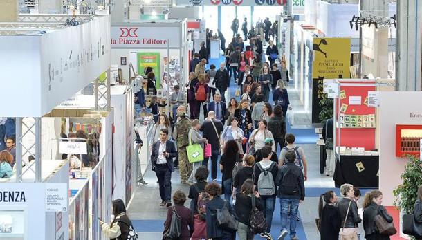 Sgarbo a Torino, il Salone del libro di Milano anticipato ad aprile