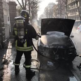 Como, brucia auto  in viale Varese