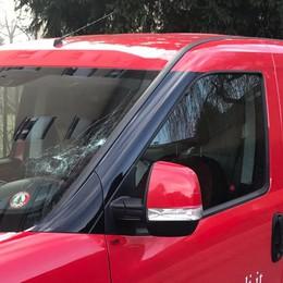 Como, la follia dei vandali  Bottiglia sulle auto in corsa