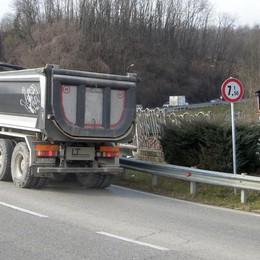 Cantù, decine di multe ai camion   Ma il divieto sul ponte è ignorato