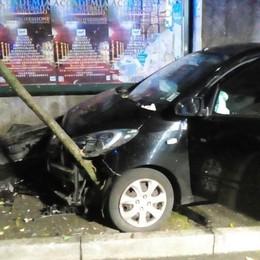 Piomba con l'auto sul marciapiede  Ragazzo finisce in ospedale