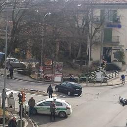 Fino, scontro in via Garibaldi Paura per un motociclista