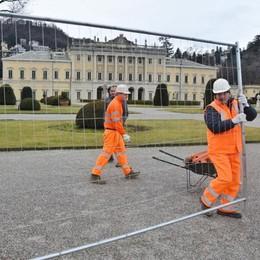 Villa Olmo, finalmente si parte  Operai al lavoro per recintare il parco