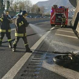 Como, incidente in A9 Moto in fiamme - il video