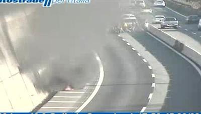 Moto in fiamme in autostrada