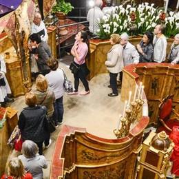 Nella basilica in coda per il bacio  La fede di Como nel Crocifisso