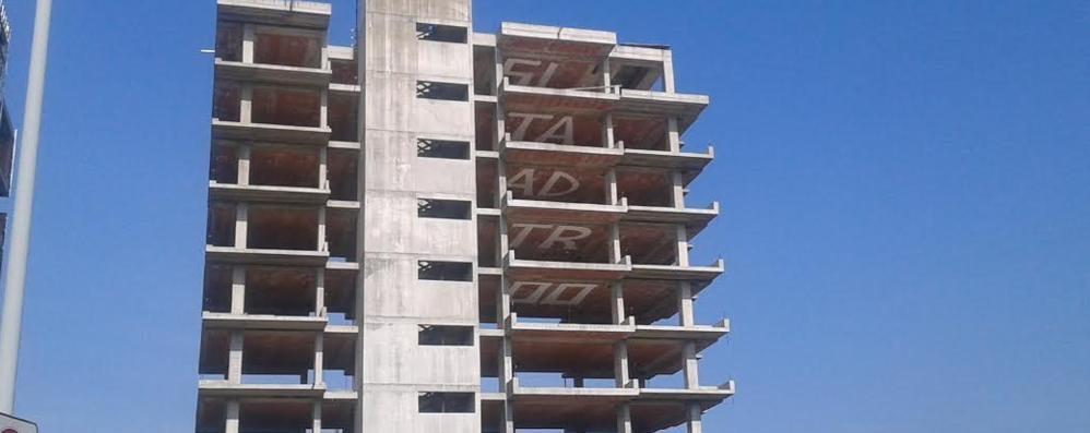 Carugo nuovo blitz al palazzo di 10 piani imbrattati i for Piani di coperta a 2 piani