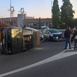 Incidente a Cantù Si ribalta un'auto Quattro coinvolti